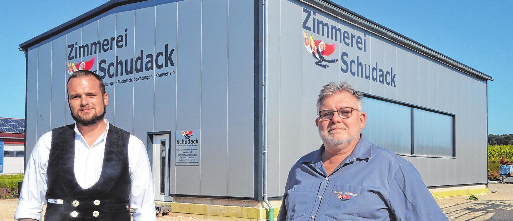 Zimmerermeister Andreas Schudack (links) und sein Vater, Dachdeckermeister Peter Schudack (rechts), vor der neuen Abbundhalle im Wassertrüdinger Industriegebiet am Westring. Fotos: Peter Tippl