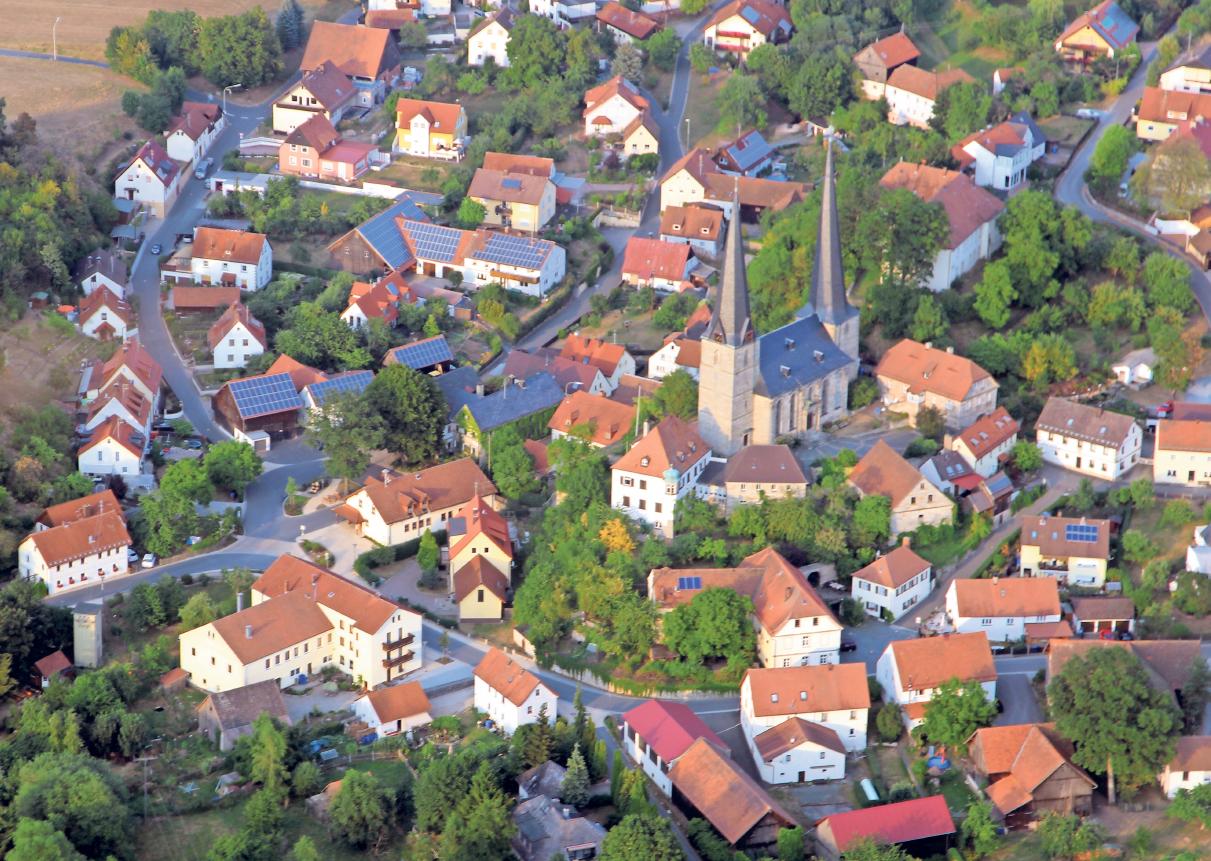 Die Nemmersdorfer Kirche mit ihren zwei markanten Türmen ist weithin sichtbar.