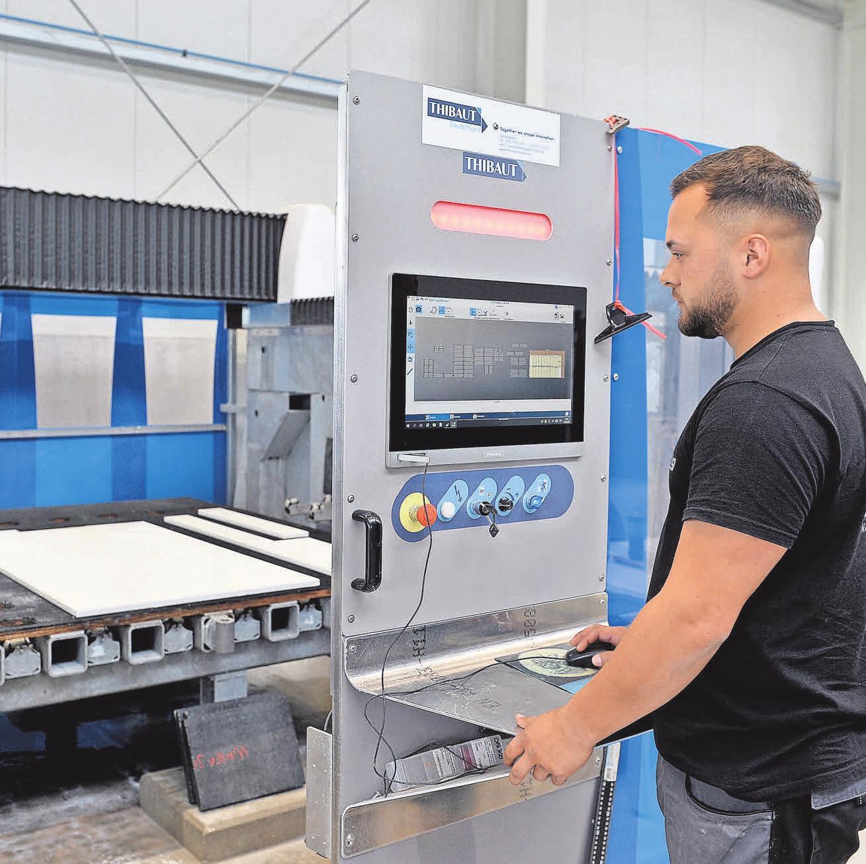 Der Zuschnitt erfolgt mit neuer Technik: Sebastian Sittig programmiert und steuert die Abläufe am Bildschirm. Foto: Markus_Hartwig