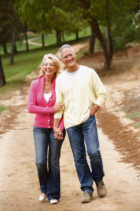 Schon ein Spaziergang hilft fit zu bleiben. Foto: stock.adobe.com