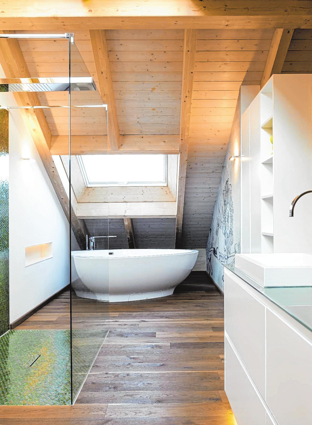 Steht die Badewanne mitten im Raum, braucht sie extra Wasserzu- und -abläufe im Boden. BILD: DPA