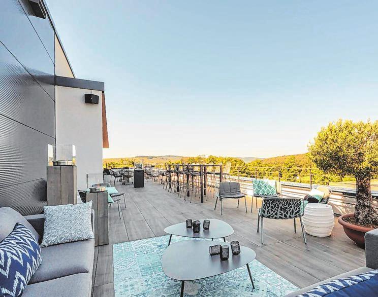 Von der großzügig angelegen Terrasse aus fällt der Blick auf die nähere Umgebung. Hier lassen sich angenehme Stunden unter freiem Himmel verbringen.