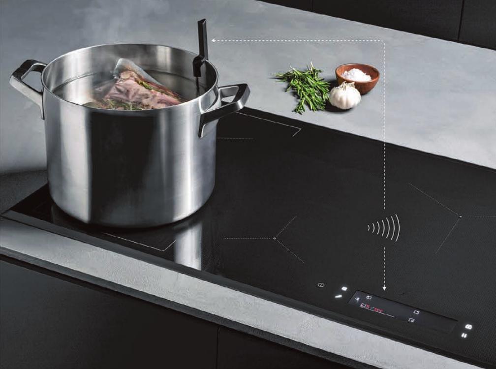Profiküche: Mit diesem Induktionskochfeld und Lebensmittelsensor können vakuumierte Speisen nach dem Sous-Vide-Verfahren sogar direkt auf dem Kochfeld gegart werden.