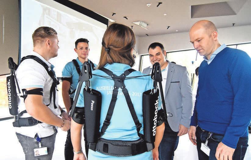 Paexo-Olympiade im Max-Näder-Haus, Experimente mit dem Exoskelett, rechts Dr. Sönke Rössing, Leiter von Ottobock Industrials. FOTO: CH