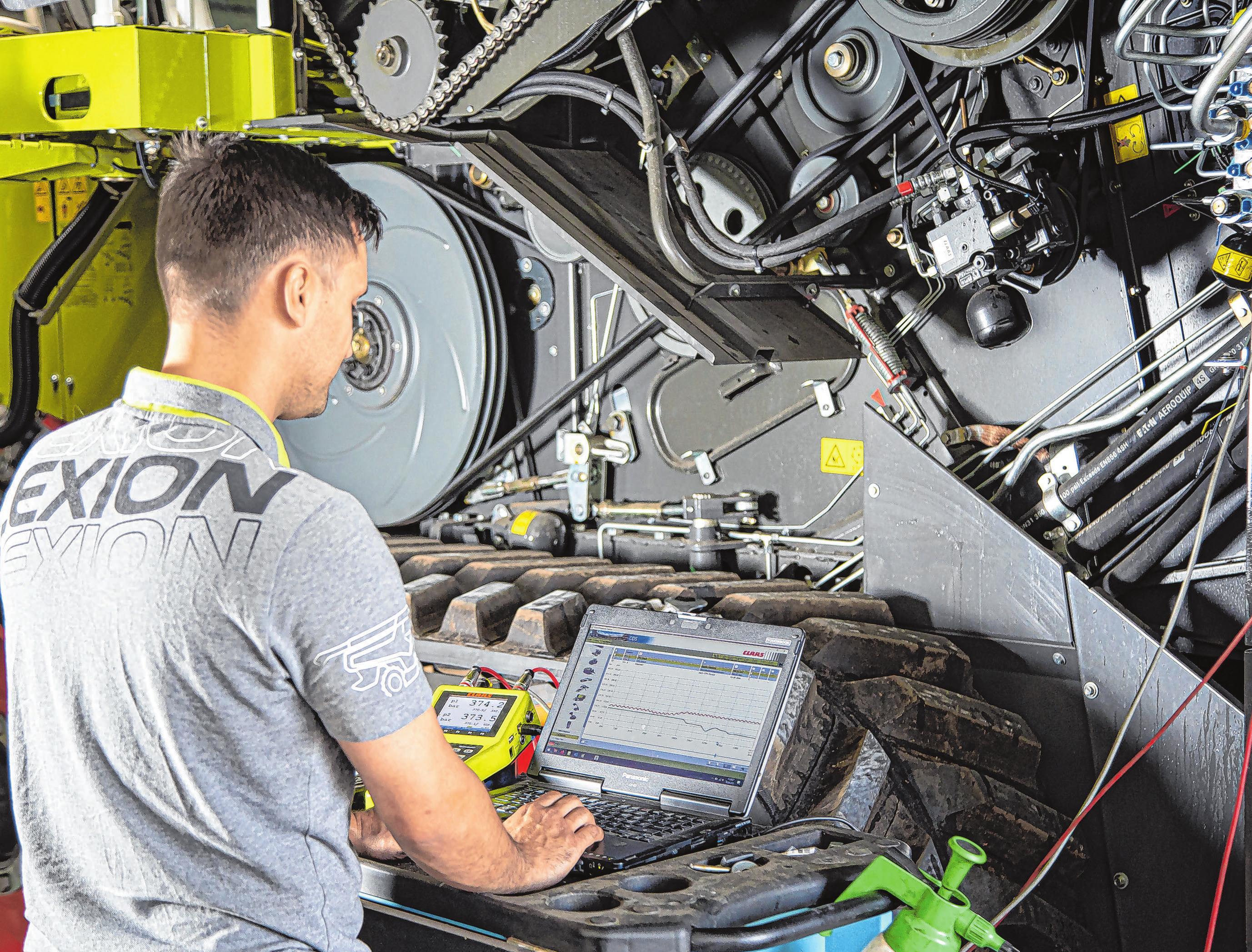 Die modernen Maschinen sind mit viel Elektronik ausgestattet. Landmaschinenmechaniker Rico Albrecht kontrolliert die Werte am Claas-Diagnosesystem.