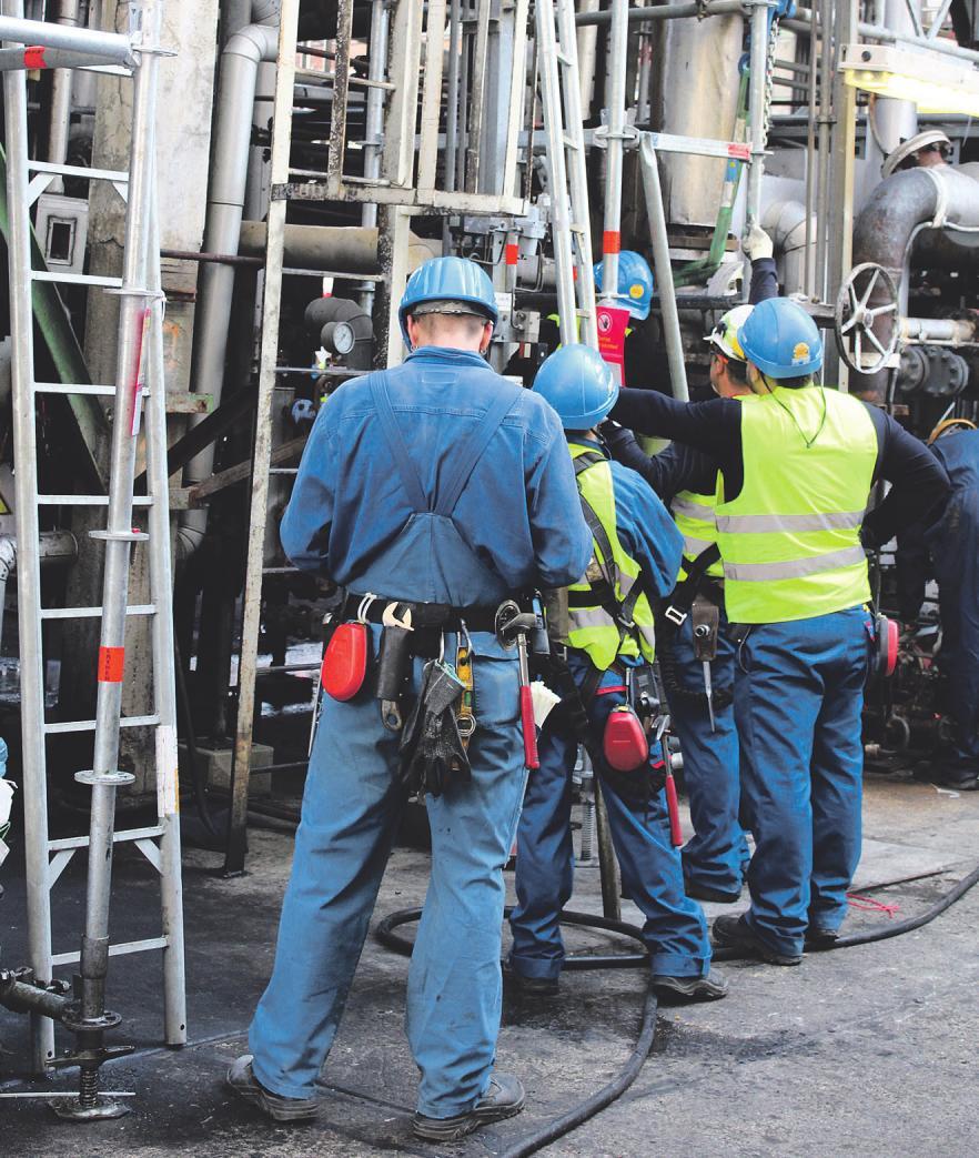 Helme, Handschuhe, Sicherheitsschuhe: Ohne die entsprechende Ausrüstung dürfen die Arbeiter nicht in die Anlagen. Zudem gibt es für jeden ausführliche Sicherheitseinweisungen. Bild: von Hoensbroech