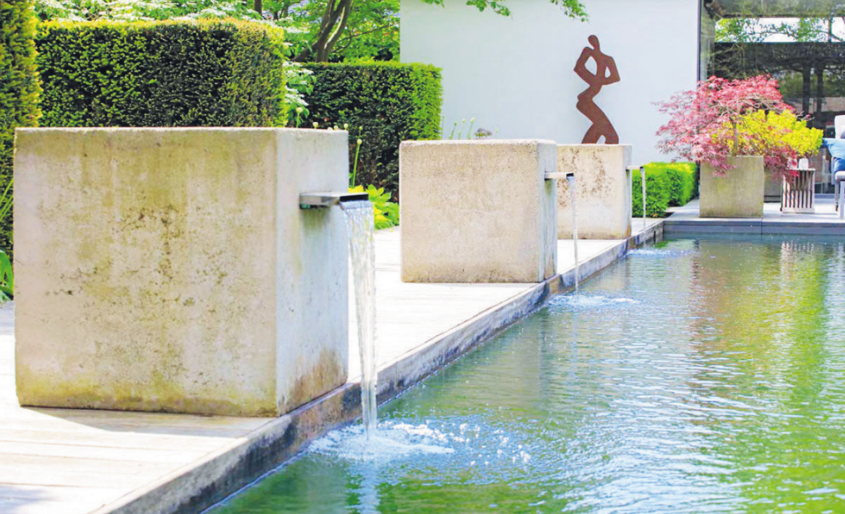 Dieser Schwimmteich ist im Schaugarten der Firma Bahl in Kiebitzreihe am Beratertag, 15. Juni, zu bestaunen. Für sauberes Wasser kommt er ganz ohne Chemie aus Foto: Bahl
