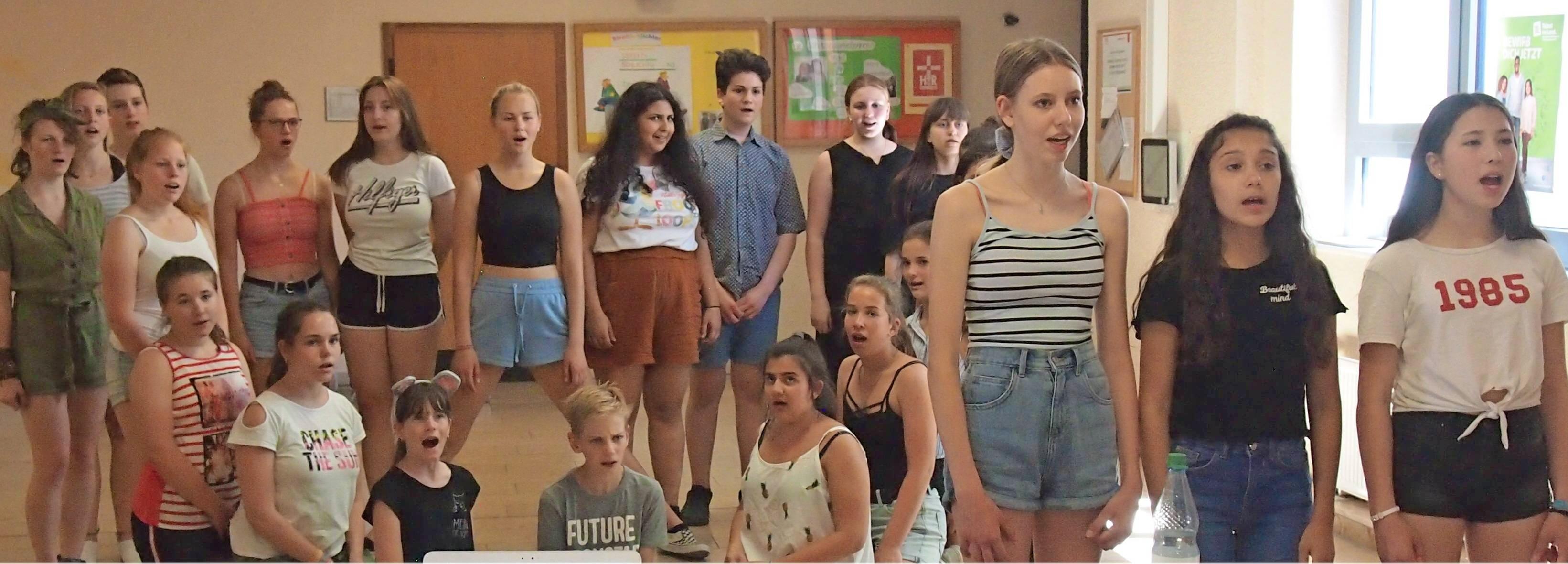 """Mit großer Begeisterung proben die Schülerinnen und Schüler der Hermann-Greiner-Realschule Neckarsulm für das Musical """"Oliver Twist"""". Foto: privat"""