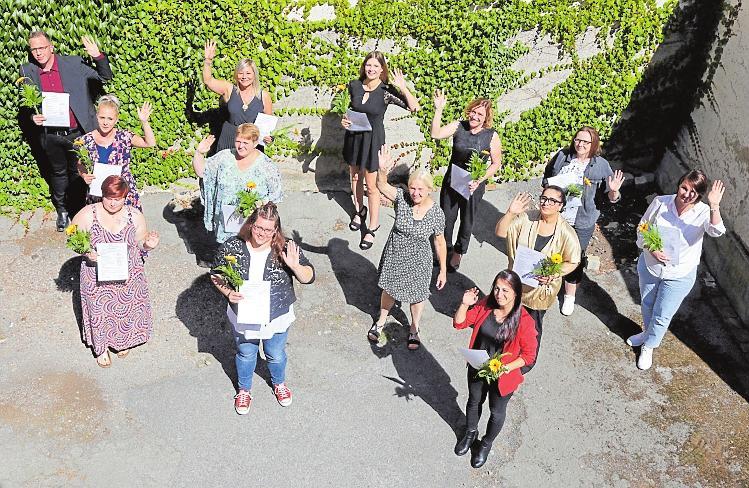 Winkewinke fürs Abschlussbild in gebührendem Corona-Abstand: Die neuen Altenpflegerinnen und -pfleger starten in eine erfolgreiche Zukunft. FOTO: PR
