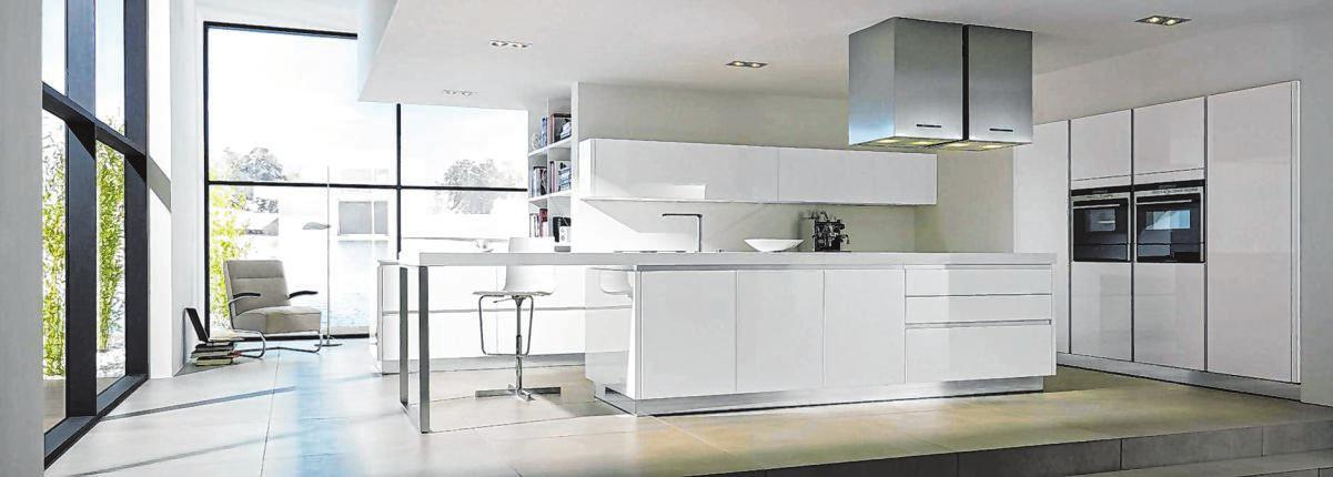 Diese puristische Wohnlandschaft bringt einen Touch ZEN-Atmosphäre in Haus und Wohnung. Den Kontrapunkt zu den kubistischen Möbeln setzt die transparent wirkende Essecke als Verlängerung der Kochinsel.