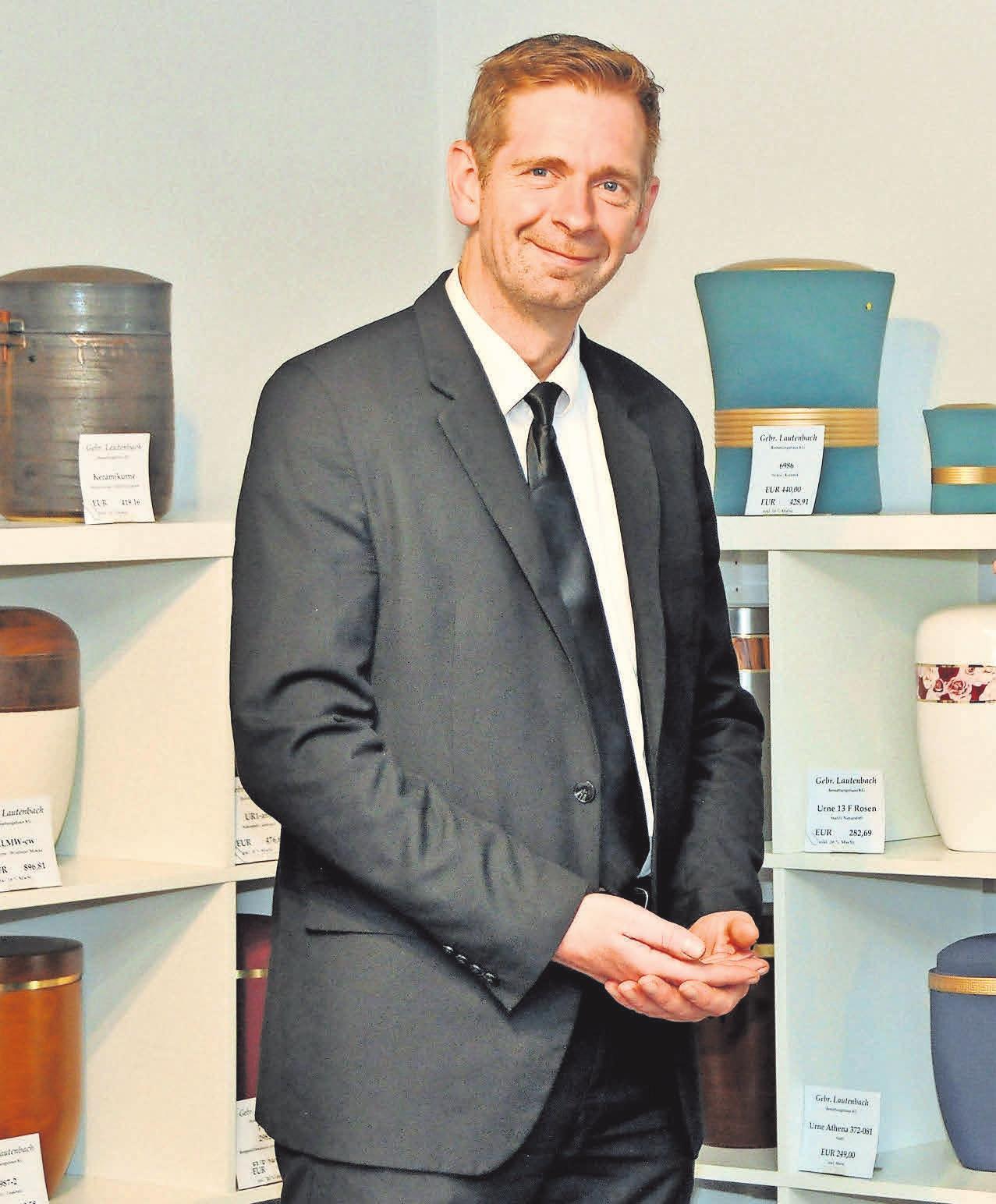 Im Haupthaus in Linden können verschiedene Sarg-und Urnenmodelle begutachtet werden. Kundenberater Karsten Gätcke berät Angehörige gerne ausführlich.