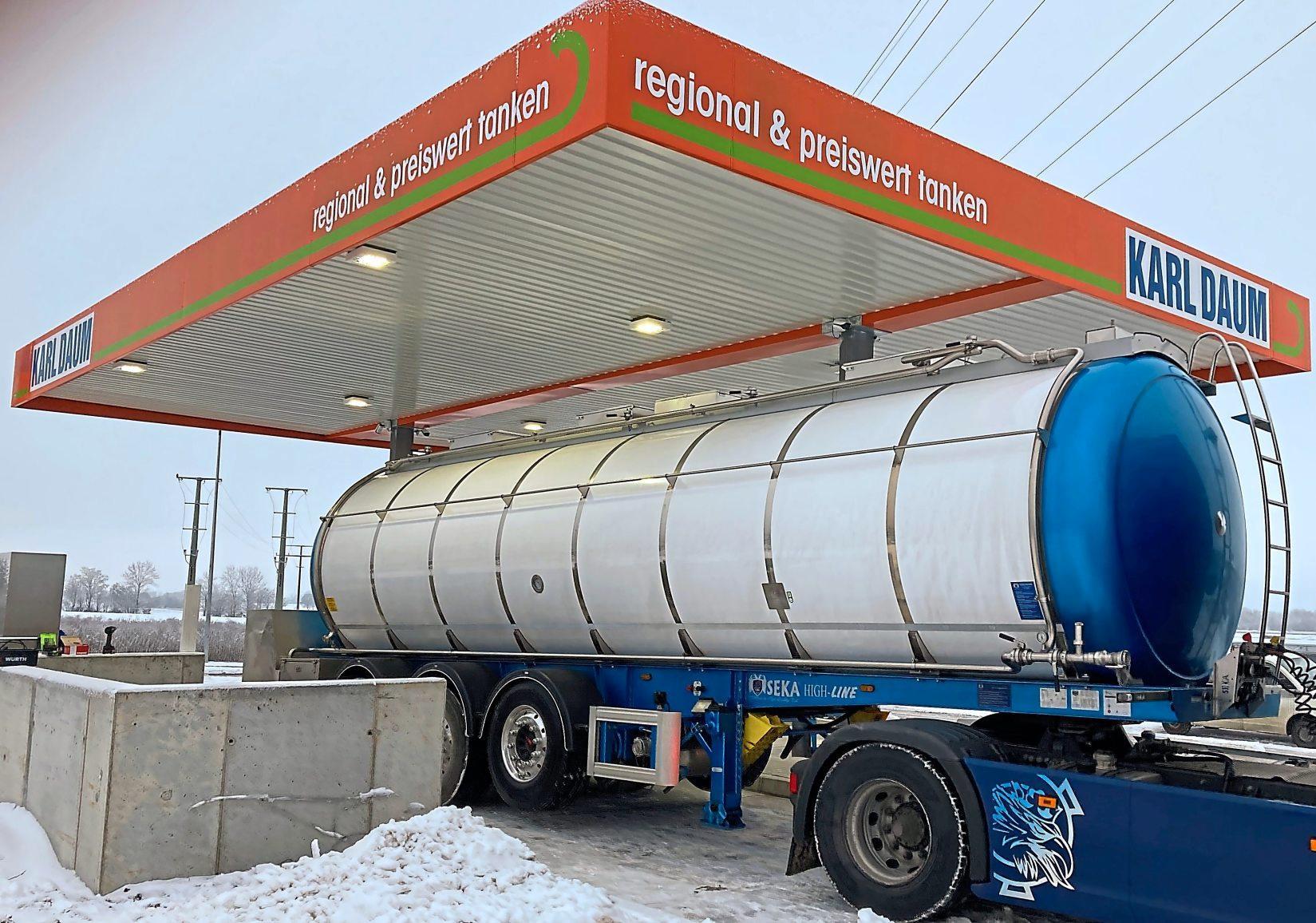 """""""Regional & preiswert tanken"""" ist das Motto der neuen 24-Stunden-Tankstelle im interkommunalen Gewerbegebiet Preith. Die Firma Karl Daum hat sie nach modernsten Kriterien errichtet. Fotos: Bauer/Daum"""
