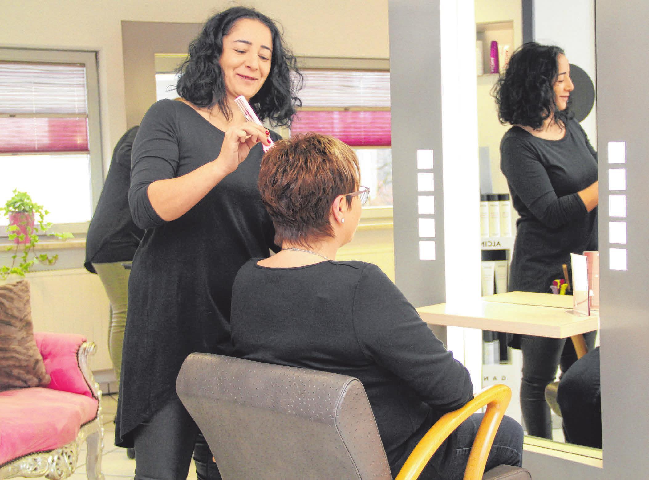 Eine der neun Mitarbeiterinnen im neuen Salon Rita in Schwendi bei der Arbeit. FOTO: MADER