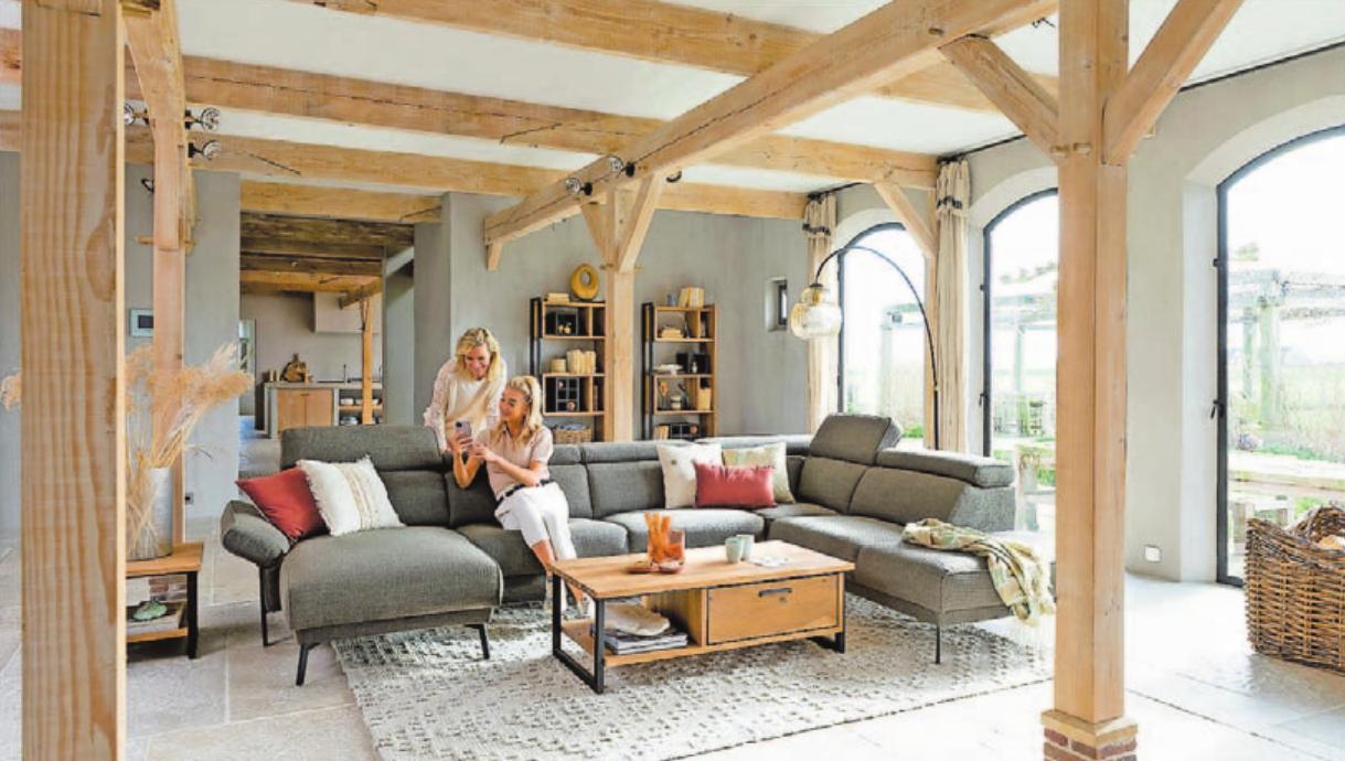 Zu einer familienfreundlichen Einrichtung gehört auch ein großes Sofa. Foto: djd