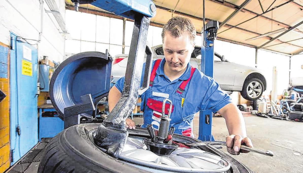 Das Reifenaufziehen gehört in Profihände. Foto: djd/ReifenDirekt.de/Holger Jacoby
