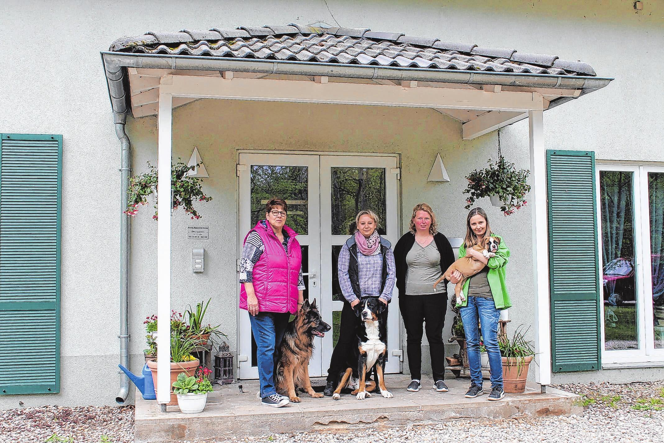 Willkommen im idyllisch gelegenen Hunde-Wald-Hotel in Karwe: Sabrina Malinowski und ihr Team freuen sich auf alle tierischen Gäste. Foto: M. Lerm