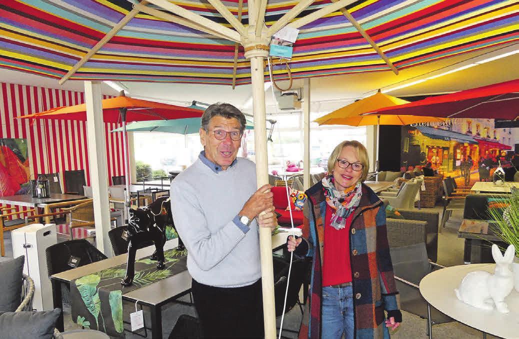 Die Saison wird farbenfroh: Christian Kluge und Susanne Kirsten präsentieren den Gute-Laune-Sonnenschirm von Weishäupl.