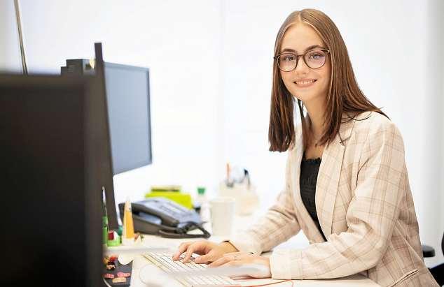 Update: Angehende Bankkaufleute erlernen während ihrer Ausbildung inzwischen mehr kommunikative und digitale Kompetenzen. FOTO: MLENNY / GETTY IMAGES