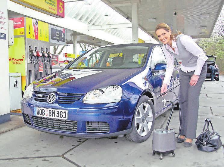 Regelmäßige Kontrolle des Reifendrucks minimiert das Risiko einer Panne. Foto: VW-hp