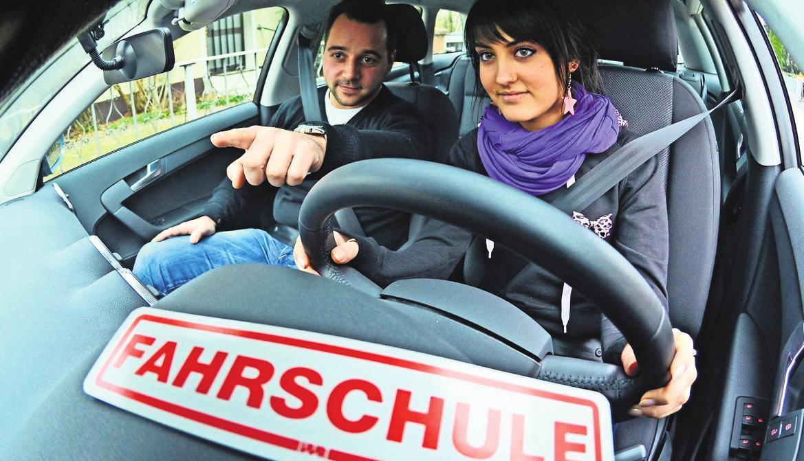 Eine Fahrschülerin ist mit ihrem Fahrlehrer unterwegs. Foto: dpa/Weigel