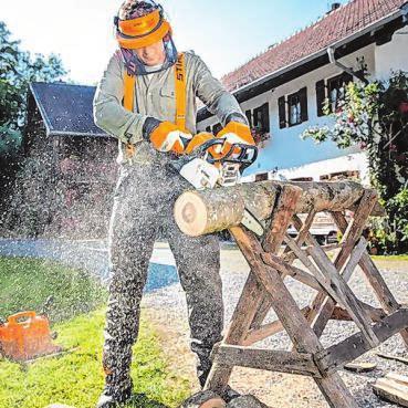 Mit der Motorsäge lässt sich das Holz zuschneiden. Unverzichtbar ist dabei eine geeignete Schutzausstattung. Foto: djd/Stihl