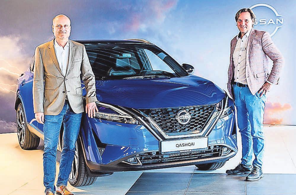 """Die """"Autohaus am Bungsberg""""-Verkäufer Olaf Ratzmer (links) und Markus Romao mit dem neuen Nissan Quashqai"""