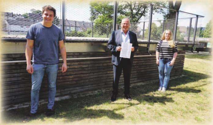 Auf dem Bild (von links): Erster Vorsitzender Martin Häßler, Erster Bürgermeister Stefan Busch und Nina Meister von der Landjugend