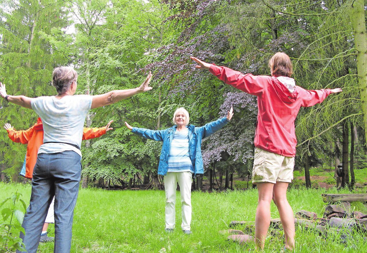 Schult die Sinne: Waldbaden. Maria-Elisabeth Mirai (Mitte) kombiniert die japanische Heilmethode in St. Martin mit Baum-Yoga und Atemübungen. | Foto: crk