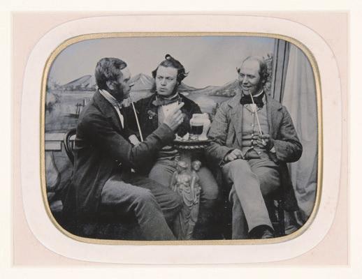 Unbekannter englischer Fotograf, Drei Freunde bei Pfeife und einem Krug Bier, um 1860, Ambrotypie. Foto: Private Sammlung © Collection H. G