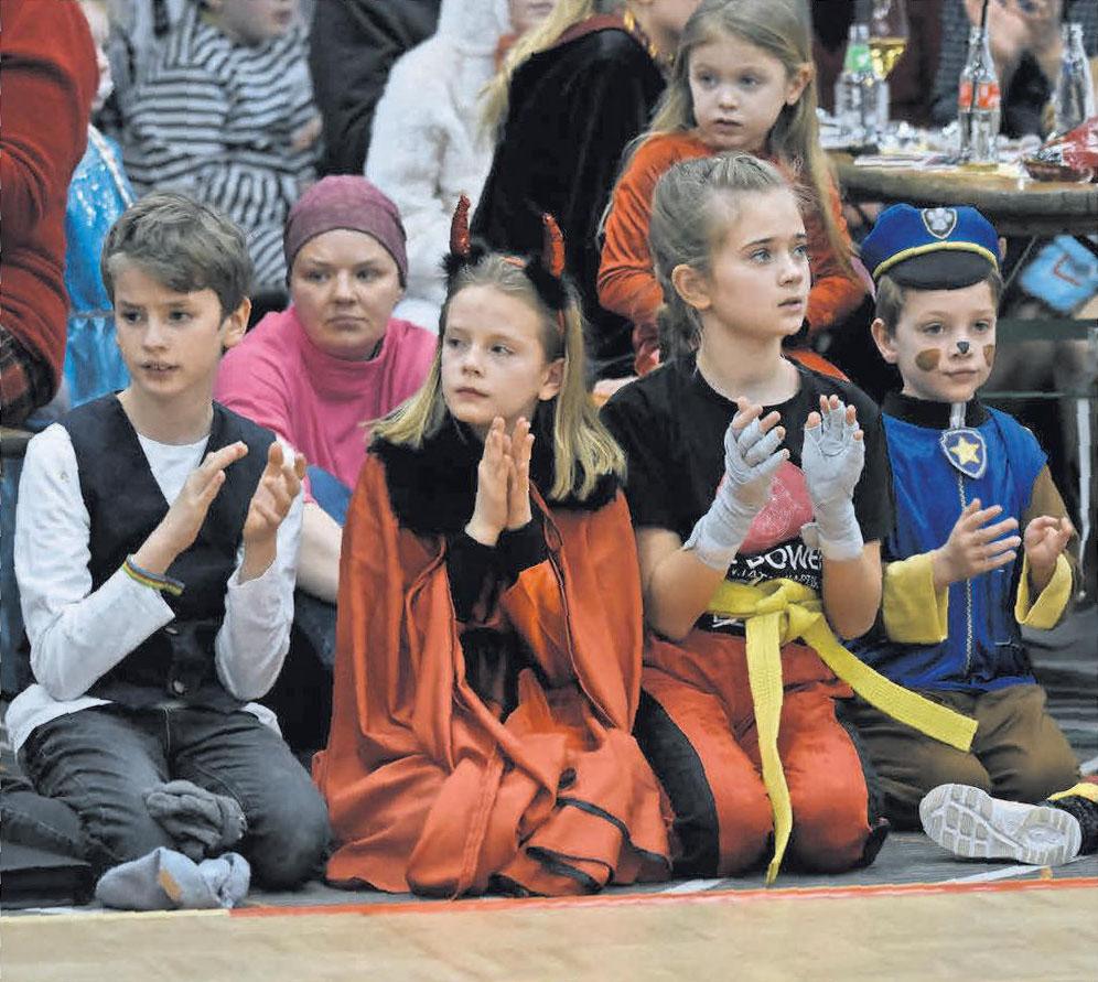 Klatschen ordentlich mit: Die Besucher des Kinderkarnevals haben eine Menge Spaß.
