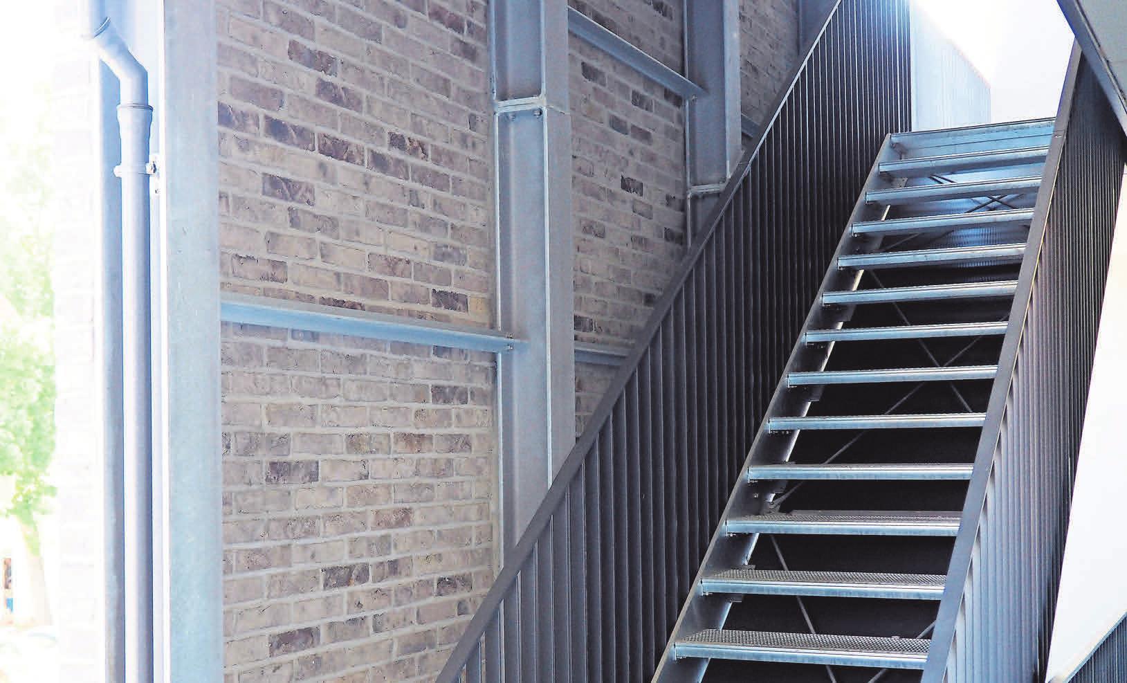 Die Treppen liegen außerhalb des Gebäudes hinter einer gesonderten Klinkerfassade.