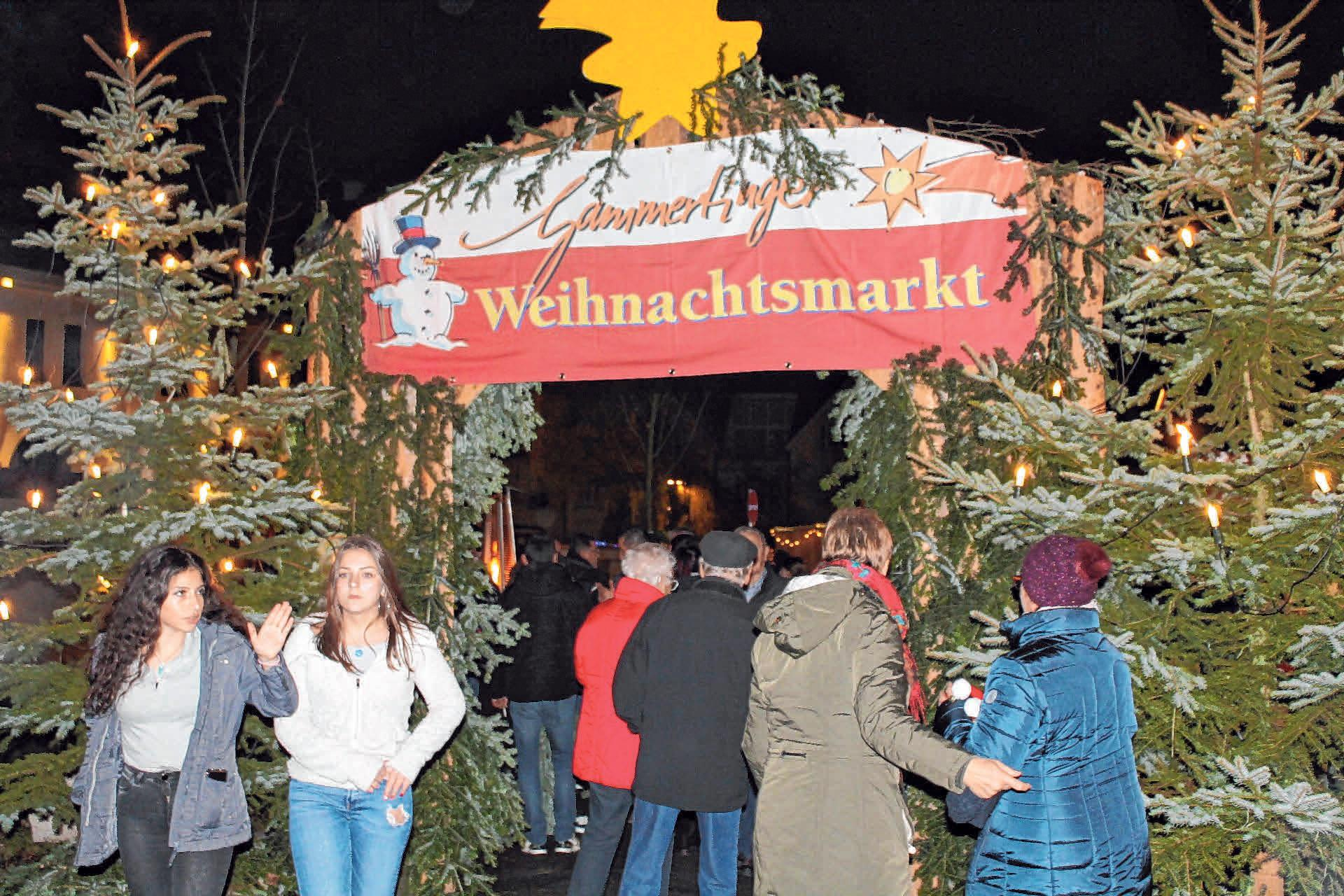 Jung und Alt kommen beim Weihnachtsmarkt in Gammertingen auf ihre Kosten. FOTO: GABRIELE LOGES