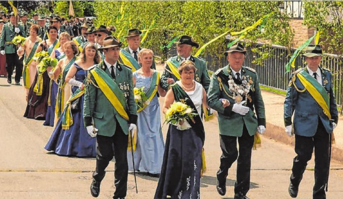 Der Festzug führt traditionell über die Ederbrücke – wie hier 2009 mit dem Schützenkönig Manfred Müller und seiner Mitregentin Heidrun Klos. Foto: Verein