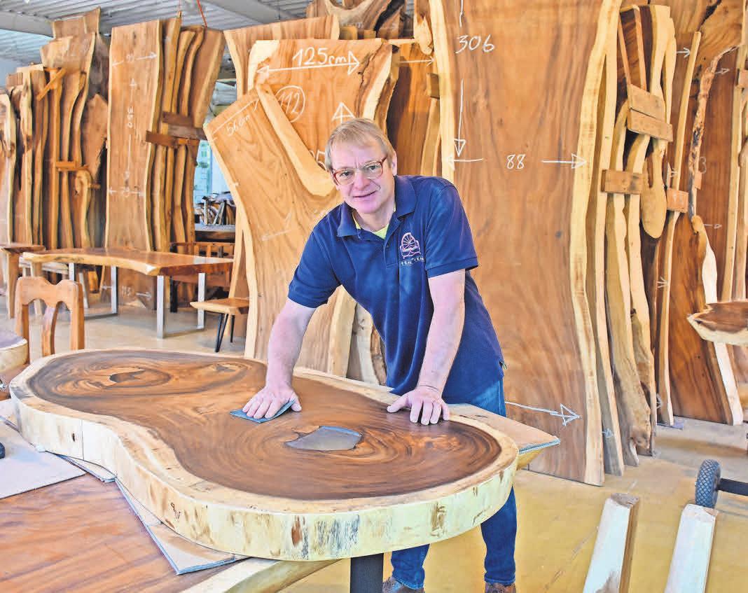 """""""Teak Team""""-Chef Friedrich Jäger recycelt charakterstarkes Tropenholz und verwandelt es in zauberhafte Tische. Foto: Graap"""