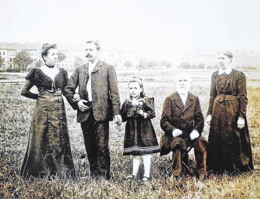 Historisches Bild: Familie Rebut, Mieter der BkW, posieren 1907 für ein Bild auf einem Feld. Im Hintergrund befindet sich die Leipziger Straße. Das alte Foto hat ein Nachfahre der Familie der BkW als Erinnerung vermacht.