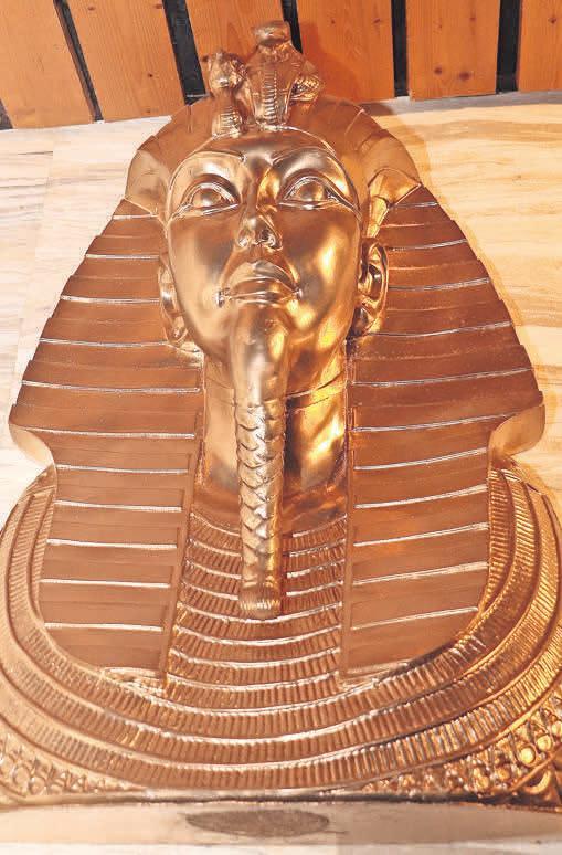 Eine Büste über dem Eingang erinnert an das Alte Ägypten und die faszinierende Geschichte einer der ersten Hochkulturen.
