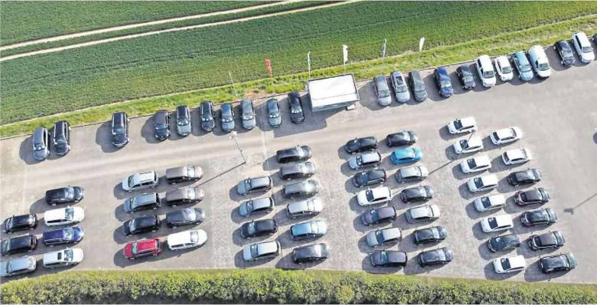 Eine ungewöhnliche Perspektive auf das Firmengeländer der Auto Schneider GmbH.