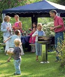 Vorsicht, wenn Kinder mit dabei sind: Damit es bei der Grillparty nicht zu Unfällen kommt, sollten Eltern den Nachwuchs genau im Auge behalten. Foto: gms