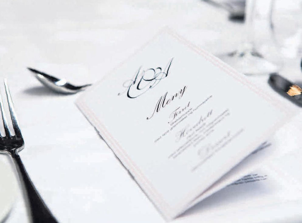 Menükarten führen durch den kulinarischen Teil der Hochzeit. Foto: Terje Sollie/Pexels