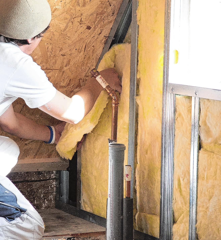 Wer sein Dach dämmt, spart Heizkosten. Nicht für jede Methode muss gleich der Profi ran. Foto: K. Remmers/dpa