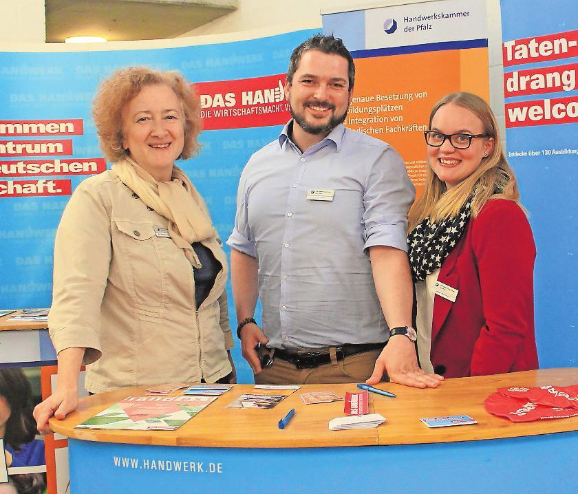 Standen auf der Ausbildungsbörse 2018 für Gespräche bereit (von links): Annelie Walter-Zeyer, Timo Layes und Studentencoach Carmen Winkelmann von der HWK Pfalz. FOTO: MONIKA KLEIN