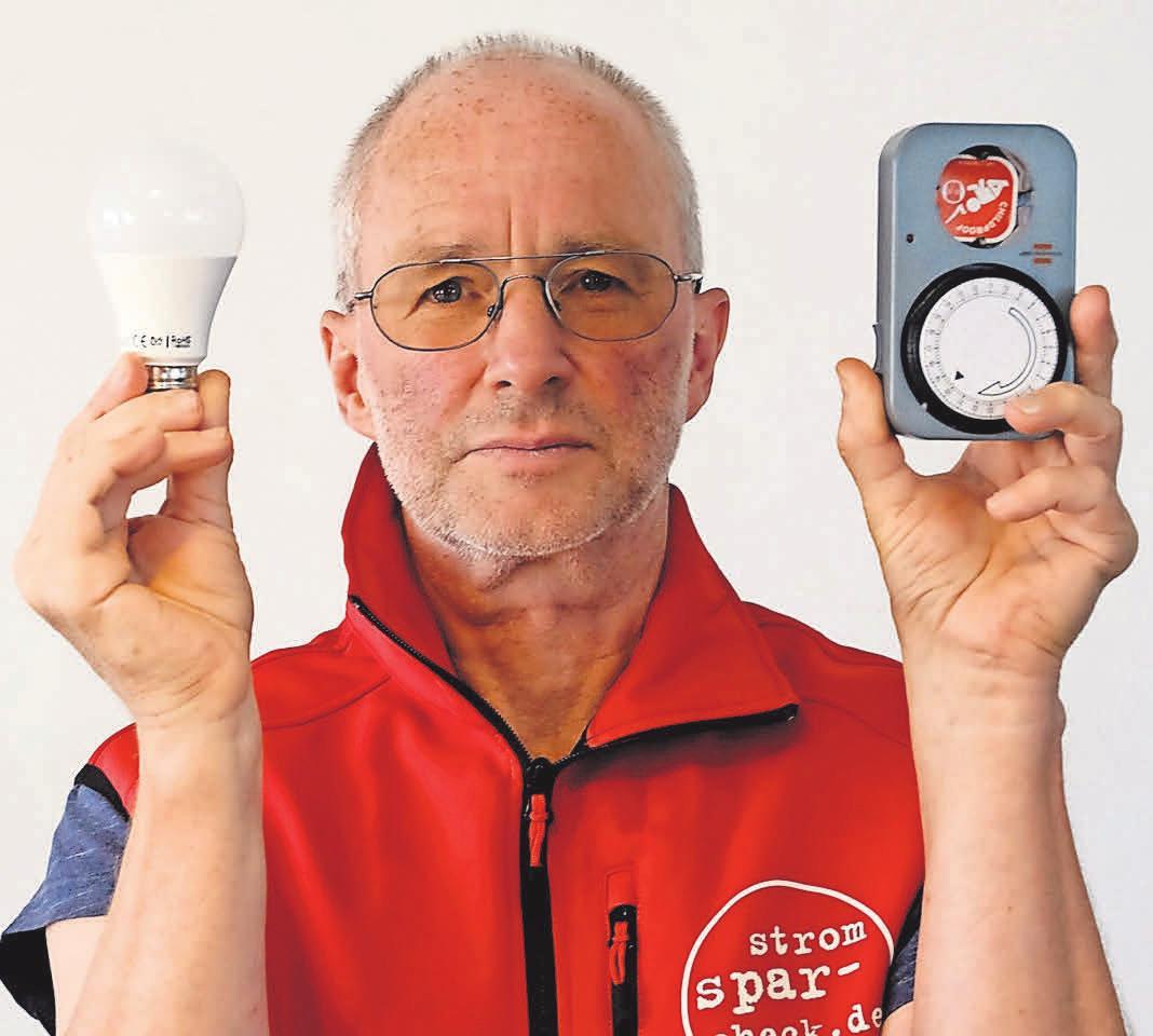 Stromsparhelfer Fritz Breckerbohm präsentiert Soforthilfen für einkommensschwache Haushalte. Foto: Harald Koch