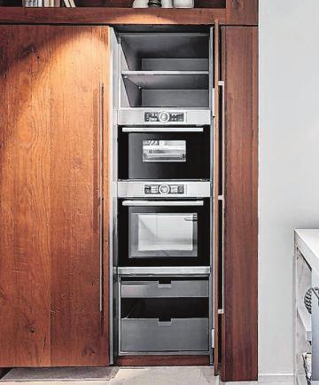 Sesam, öffne Dich! Bei sogenannten Pocket-Door-Schränken werden die Türen nach dem Öffnen seitlich in den Korpus eingeschoben, so dass sie beim Benutzen der Geräte nicht im Weg sind. Und nach Feierabend ist die Küchentechnik im Nu wieder unsichtbar.