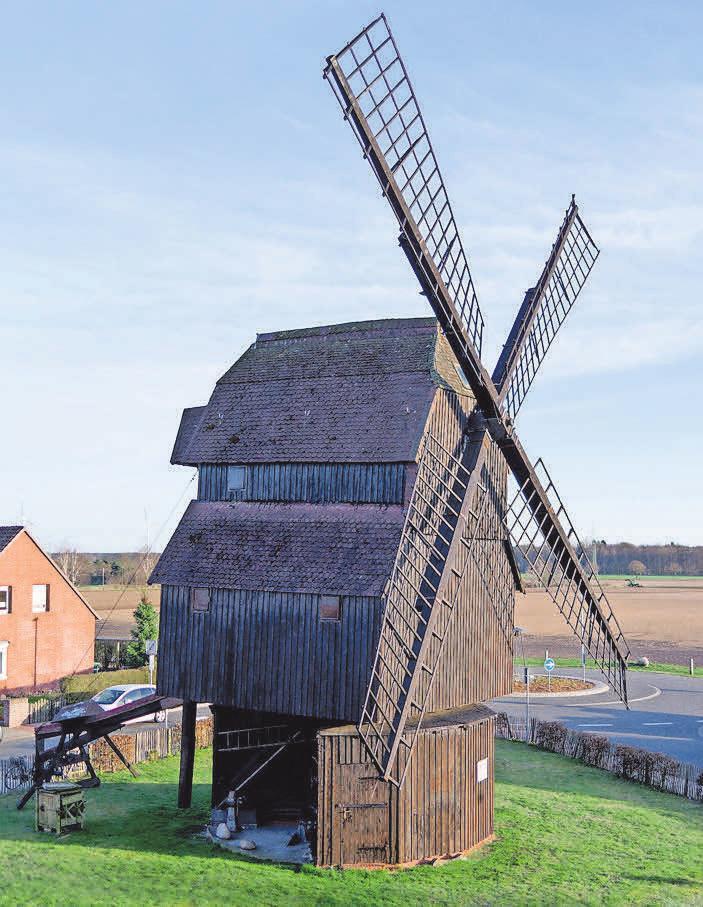 Die historische Bockwindmühle neben dem Pflegewohnsift ist eines der Wahrzeichen des Ortes.