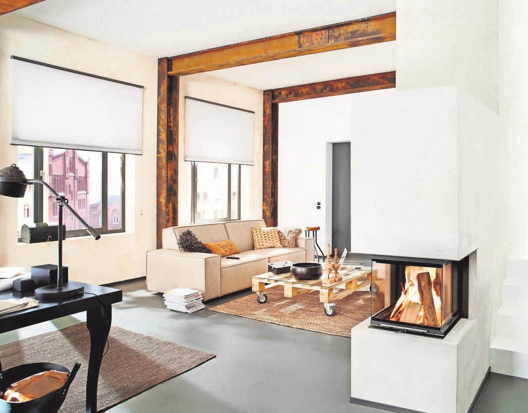 Mit Stil: Ein Kaminofen steigert den Wert und den Grad der Gemütlichkeit in jeder Wohnung. Foto: AKM