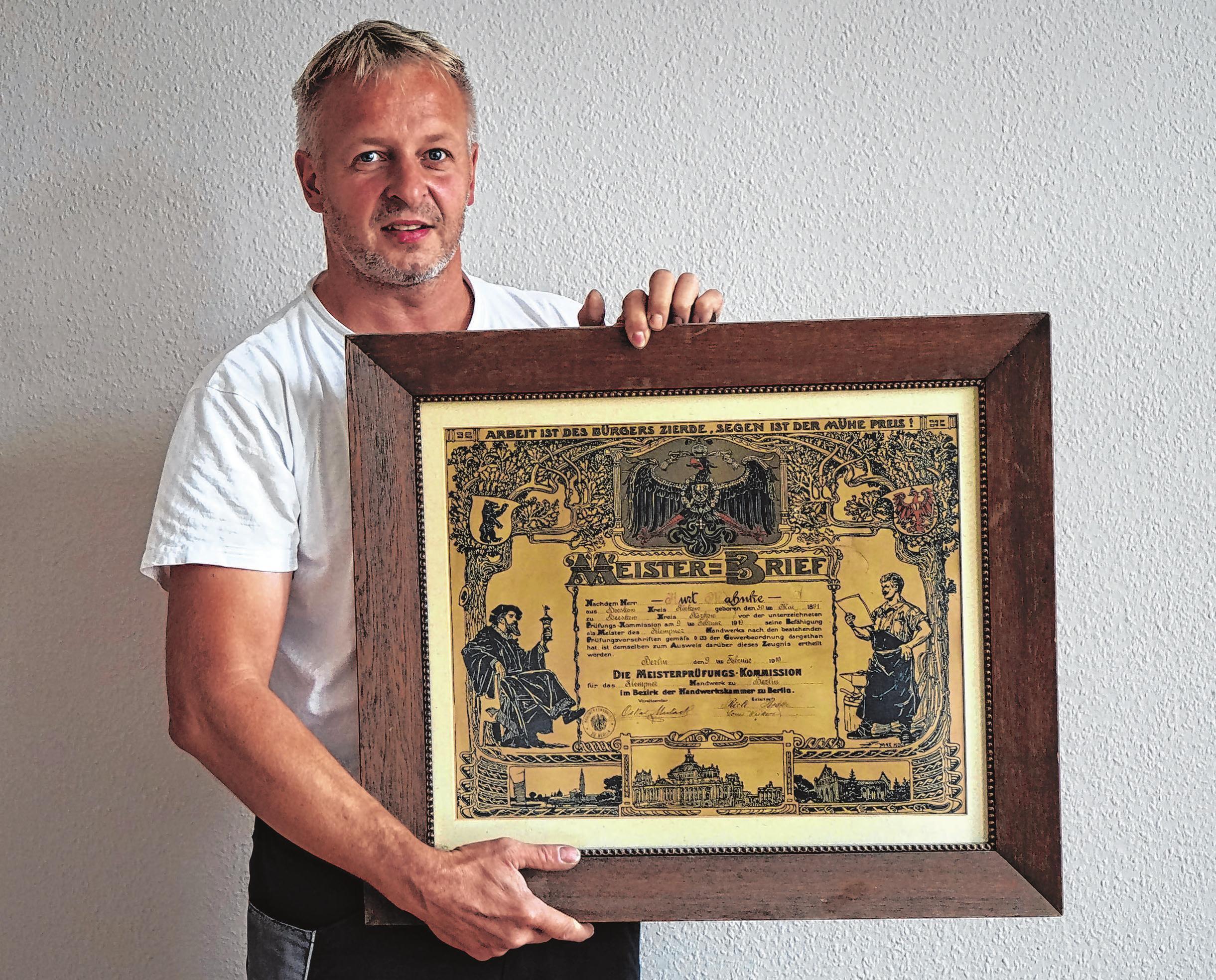 Michael Kraemer mit dem Meisterbrief, den der Sohn des Firmengründers im Jahr 1919 erhielt. Foto: Andrea Steinert