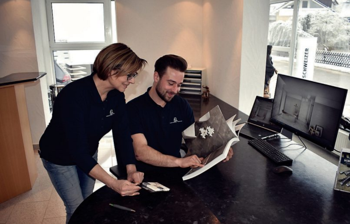 Große handwerkliche Sorgfalt und die Liebe zum Detail, das hat oberste Priorität bei der Arbeit von Gabi Schweizer und ihrem Sohn, Geschäftsführer Manuel Schweizer. Bilder: Schweizer Naturstein GmbH.