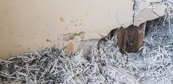 Asbest – in Altbauten oft eine versteckte Gefahr. Foto: Adobe