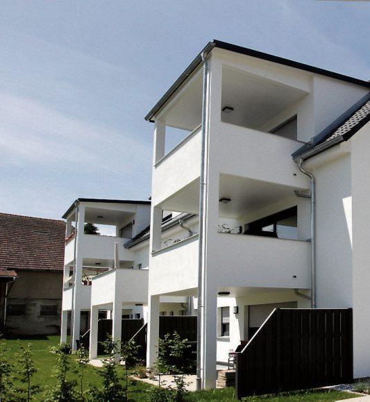 Die geschlossenen Brüstungen verwandeln die Balkone in ein weiteres Wohnzimmer (rechts oben).