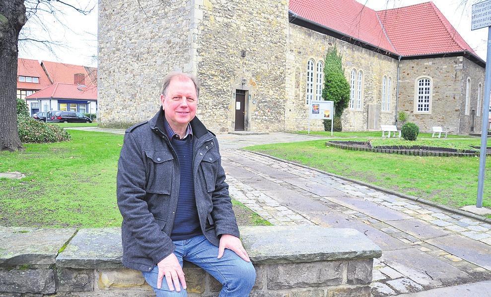 Hartmut Berger vor der St. Petrus Kriche in Vorsfelde.